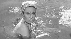Lída Baarová ukázala své vnady ve filmu z roku 1939 Ohnivé léto, který natočili režiséři František Čáp a Václav Krška.
