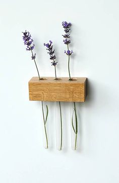 DIY Flower Holder - Take a wooden block, drill in three holes and put in test tubes. Easy, affordable and beautiful! Floating Nightstand, Floating Shelves, Test Tube Holder, Flower Holder, Wooden Projects, Wooden Blocks, Diy Flowers, Shabby Chic, Diy Crafts
