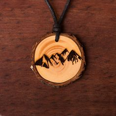 Berge 2 - Ketten Holzschmuck aus Naturholz / Anhänger Alice And Jasper, Pyrography, Jewlery, Woodworking, Earrings, Leather, Crafts, Wood, Knot Bracelets