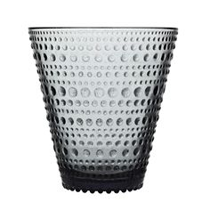 Iittala's Kastehelmi tumblers are part of the popular glass collection designed by Oiva Toikka. In 1964 Toikka's aim was to design a pattern that would conceal the joint marks in pressed glass. Nordic Design, Scandinavian Design, Kartell, Pressed Glass, Glass Collection, Decorative Accessories, A Table, Dinner Table, Beauty