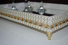 Bandeja com detalhes em pérola, decoração dourada e fundo de espelho. É ideal para decorar sua sala, lavabo ou banheiro.