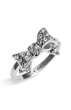 Juicy Couture 'Bows for a Starlet' Pavé Bow Ring. I want silver bow ring so bad, this is perfecttttt. Cute Jewelry, Jewelry Box, Jewelry Accessories, Fashion Accessories, Silver Jewelry, Chanel Jewelry, Fall Jewelry, Jewelry Trends, Fashion Shoes