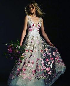 Procurando referências para o seu vestido de casamento? Logo após o furação da semana de moda internacional, começa uma fashion week dedicada às noivas! Em harpersbazaar.uol.com.br, selecionamos o que tem de melhor nas passarelas e você pode conferir uma galeria recheada de inspirações! Na foto, um modelo da coleção de @temperleylondon Bridal. Para mais do universo de casamentos, siga @bazaarnoiva. #noivas #casamento