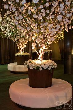 #Ideasparadecorar Lindo arbolito con rosas blancas y luz amarilla para tus eventos!