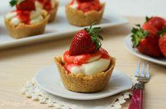 Le mini cheesecake alle fragole sono delle golosissime tartine semplicissime e veloci. Si preparano senza fruste e sono senza cottura.