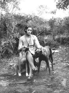 """nordestebrasileiro: """"Maria Bonita com os cães Ligeiro e Guarany. Fotógrafo: Benjamin Abrahão Botto. """""""