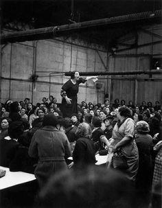 Spain - 1938. - GC - Clara Campoamor. La identifican cómo Clara Campoamor. Personalmente tengo mis dudas sobre la fecha y/o sobre si la mujer de la foto es Clara Campoamor, pues recién iniciada la Guerra Civil, temiendo por su vida, huyó de Madrid.