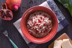 Il risotto alla melagrana con crema di porri, è un primo piatto dal sapore delicatamente dolce: il riso è cotto nel succo di melagrana!