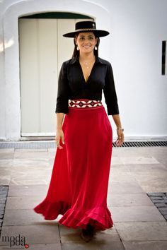 TRAJES DE FOLCKLORE Curvy Fashion, Love Fashion, Womens Fashion, Classy Outfits, Casual Outfits, Flamenco Skirt, Flamenco Party, Moda Country, Spanish Dress