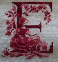 toile de jouy lettera E sola Cross Stitch Alphabet Patterns, Cross Stitch Geometric, Cross Stitch Letters, Cross Stitch Art, Cross Stitch Borders, Cross Stitch Samplers, Cross Stitching, Cross Stitch Embroidery, Stitch Patterns