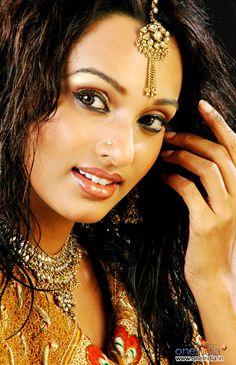 Actor Reshmi Ghosh Brilliant #Jewelry: #Necklace, Maang Tikka, #MakeUp <3