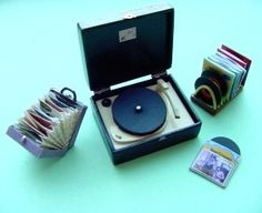 how to: record case, I think my dolls would love a record player. Miniature Crafts, Miniature Houses, Miniature Dolls, Miniature Furniture, Doll Furniture, Dollhouse Furniture, Radios, Minis, Dollhouse Tutorials