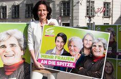 Abb.: Eva Glawischnig, Bundessprecherin 'Die Grünen', ist die einzige Frau an die Spitze einer politischen Partei in Österreich. Glawischnig (vor dem Bundeskanzleramt in Wien stehend) hält das Plakat der grünen Frauentagskampagne, die unter dem Motto 'Mehr Frauen an die Spitze' die männlichen Vertreter der wichtigsten Parteien als Frauen zeigt. Foto: Grüne/Korschil.