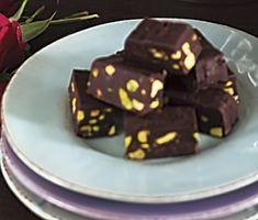Gillar du mörk choklad kommer du att älska den här chokladkolan. Knapriga pistagenötter sveps in i den smälta intensiva chokladen som blandats med kondenserad mjölk och får sedan vila i kylskåpet tills den har stelnat och är färdig att avnjutas.