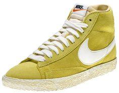 Sneakers di ispirazione basket, le Nike Blazer Mid Suede Vintage sono un classico Nike totalmente rinnovato in stile vintage! Tomaia in suede con logo in pelle su entrambi i lati. Lettering sul retro. Suola in gomma vulcanizzata.    Prezzo: 100.00€    SHOP ONLINE:    MAN http://www.athletesworld.it/nike-blazer-mid-suede-vintage-nike-8038114    WOMAN http://www.athletesworld.it/nike-blazer-mid-suede-vintage-nike-5038114