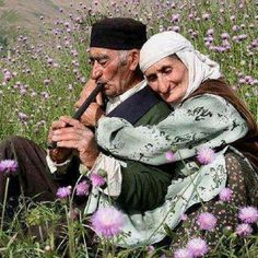 Beautiful… I love this picture… True love never dies, it only gets stronger with time. Older Couples, Couples In Love, Life Is Beautiful, Beautiful People, People Around The World, Around The Worlds, Vieux Couples, Growing Old Together, Old Folks