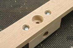 Now bolt this block to the middle of the support strip, having first drilled a central opening to allow some leeway when you are setting it up on the table Woodworking Projects That Sell, Woodworking Jigs, Dowel Jig, Router Jig, Homemade Tools, Shops, Easy Diy, Home Improvement, Diy Projects