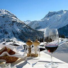 Barbeque and gourmet corner on the terrace of the Hotel Goldener Berg in Oberlech am Arlberg © Hotel Goldener Berg