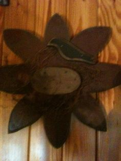 Primitive Flower with crow Primitive Crafts, Wood Crafts, Diy Crafts, Summer Crafts, Fall Crafts, Diy Projects To Try, Wood Projects, Wood Flowers, Country Crafts