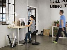 Een zit/sta werkplek met een Varier Move balanskruk.