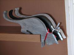 Old Tools And Woodworking - litery i napisy z drewna, wsporniki, półki z drewna: Miłe, małe kotki.