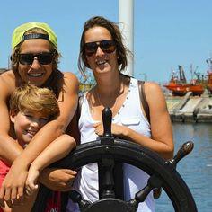 Con su mamá y su hermanito