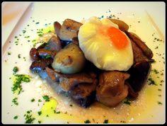 Sinfonía de setas silvestres y cebollitas glaseadas con huevo poché trufado.