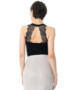 Αμάνικη μπλούζα με στρογγυλή λαιμόκοψη και λεπτομέρεια δαντέλα στην πλάτη. Ελαστικό ύφασμα. Χρώμα: Μαύρο Σύνθεση: 96% πολυεστέρας 4% ελ. πολ. Μέγεθος μοντέλου: S