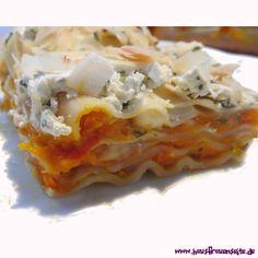 Kürbis-Mozzarella-Lasagne -  Mit dieser Kürbislasagne bringt Ihr den Herbst in seiner schönsten Form auf den Tisch :) Die Lasagne ist einfach in der Zubereitung, preiswert und sehr lecker!  Bei uns kam die Lasagne sehr gut an!  Viel Spaß beim Ausprobieren! #Lasagne #vegetarisch