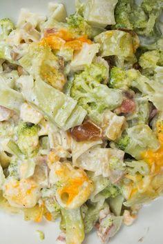 Un plato agridulce de pasta con nata y dátiles, brócoli y bacon. Es un plato completo, sabroso y cremoso, ¡ideal para todos!  http://elbauldelasdelicias.blogspot.com.es/2014/08/pasta-la-nata-con-datiles-brocoli-y.html