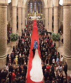 Vista aerea de la condesa Stéphanie de Lannoy dirigiendose al altar donde la espera el gran duque heredero Guillermo de Luxemburgo, para empezar la ceremonia relgiosa de su boda
