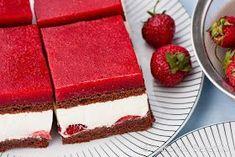 Ciasto z masą jogurtową i truskawkami Delicious Desserts, Yummy Food, Tasty, Strawberry Yogurt Cake, Mini Cheesecakes, Polish Recipes, Eat Dessert First, Food Cakes, Cake Recipes