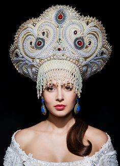 This elaborate headpiece would be worn by a Ymysdatic Queen on her wedding. Russian Beauty, Russian Fashion, Russian Style, Russian Folk, Best Travel Accessories, Hair Accessories, Dress Dior, Mode Russe, Foto Fantasy