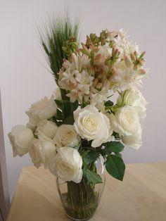 38- Vaso médio com Angélicas, Rosas brancas e trigo verde.