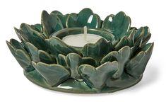 Ljuslykta i grön keramik.