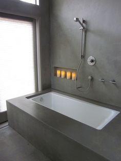 modernes minimalistisch gestaltetes Badezimmer mit grauer Putz anstatt Fliesen