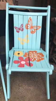 Painted Folding Chairs, Old Wooden Chairs, Fold Up Chairs, Painted Chairs, Vintage Chairs, Table And Chairs, Wooden Chair Makeover, Folding Chair Makeover, Stencil Diy