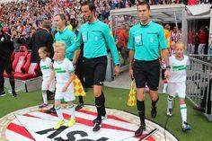 Memphis begeleid scheids en grensrechters na de middenstip!! PSV-NAC  zomer 2014