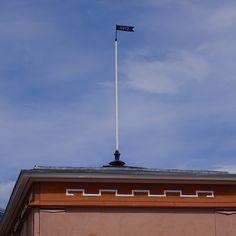 Mikkelin torin laidalla, rakennuksen katolla oleva viiri.