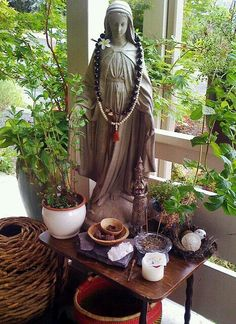 Meditations Altar, Deco Zen, Prayer Corner, Relaxing Places, Meditation Space, Meditation Corner, Blessed Mother, Porch Decorating, Wiccan