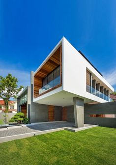 Modern Roadside House Design with Wooden Flooring: Breezy Front Landscape With Open Green Garden And Car Park Area ~ daily-inspirations.com Decorating Ideas Inspiration