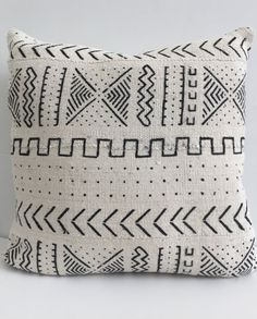 This pillow cover is made to order so please note that the pattern placement will vary due to the size you choose and the nature of each one of a kind cloth. If youd like to see your pillow covers before they ship, please dont hesitate to contact me. FRONT: This pillow cover is handcrafted from beautiful pieces of African mud cloth sewn together BACK: Natural Hopsack linen with bottom zipper COLORS: Off white and black SIZE: Select size from drop down menu above  FABRIC: African mud cloth…