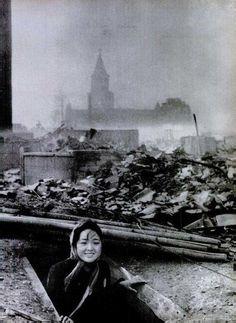 Una mujer sale de su refugio tras la explosión de la bomba atómica en Nagasaki en 1945. - See more at: http://culturacolectiva.com/62-fotografias-historicas-que-seguramente-no-has-visto/#sthash.fVoyUoGI.dpuf