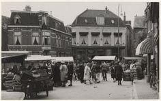 Gedempte Oude Gracht ziende vanuit de Jacobijnenstraat tijdens de weekmarkt. 1949