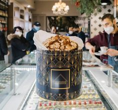 The legend of panettone, Italy's mythical Christmas cake Italian Christmas Cake, Christmas In Italy, Christmas Desserts, Christmas Traditions, Christmas Cookies, Sugar Sprinkles, Michelin Star, Pastry Shop, Italian Recipes