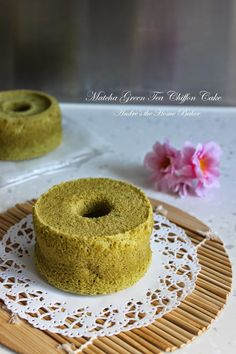 This mini version matcha chiffon cake is so cute! Need a cup of green tea latte? High quality matcha powder is indeed. Green Tea Dessert, Matcha Dessert, Matcha Cake, All You Need Is, No Bake Desserts, Dessert Recipes, Green Tea Latte, Green Tea Powder, Sweet Pastries