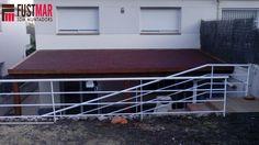 Pergola adosada d'abet laminat amb sostre de fusta, més lona epdm i acabat amb sostre de tegola americana. www.fustmar.com
