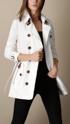 Trench coat corto en falla de algodón con detalles en piel