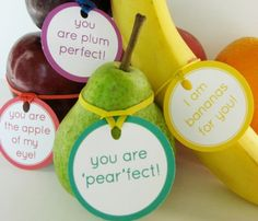 Fruit love notes and other healthy Valentine's Day food ideas. - Good for kids' lunch :) Little Muffins, Secret Pal, Lunch Box Notes, Valentines Day Food, Valentine Ideas, Homemade Valentines, Valentine Gifts, Valentine Activities, Valentine Puns