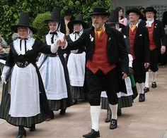 March in Wales is Saint David's Day - Dydd Gwyl Dewi Sant Hapus / Happy St… Traditional Welsh Dress, Traditional Dresses, Colorful Prom Dresses, Morris Dancing, Saint David's Day, Country Dance, Folk Dance, Folk Costume, Culture